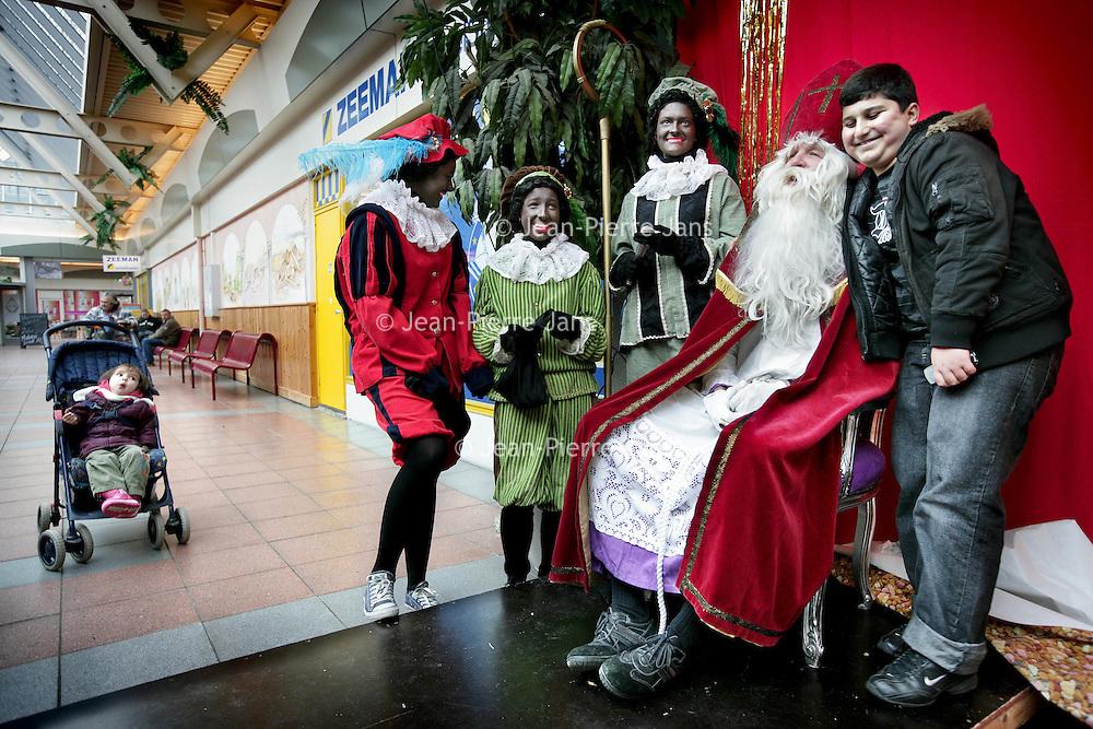 Nederland,Amsterdam ,29 november 2008..Sinterklaas, goedheilligman bezoekt winkelcentrum Molenwijk. Children's Friend Saint Nicholas is visiting shopping mall Molenwijk in Amsterdam.