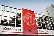Nederland, Nijmegen, 15-10-1997  De aula van de Katholieke universiteit, tegenwoordig Radboud uni . Boven de ingang het logo .Foto: Flip Franssen