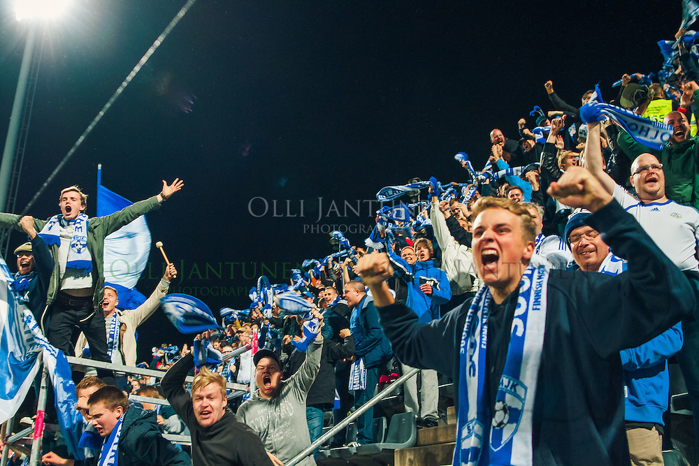 Suomen maajoukkueen kannattajia juhlimassa Paulus Arajuuren 1-0 -johtomaalia MM2018-karsintaottelussa Suomi - Kosovo. Veritas stadion, Turku, Suomi. 5.9.2016.