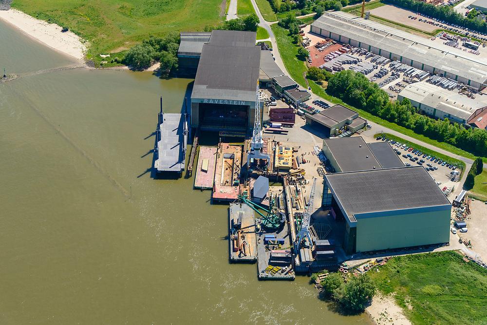 Nederland, Gelderland, Druten, 13-05-2019; Deest, Waalbandijk met Scheepswerf De Gerlien van Tiemen en Scheepswerf Ravestein.<br /> River Waal, branch of Rhine, shipyard.<br /> <br /> luchtfoto (toeslag op standard tarieven);<br /> aerial photo (additional fee required);<br /> copyright foto/photo Siebe Swart