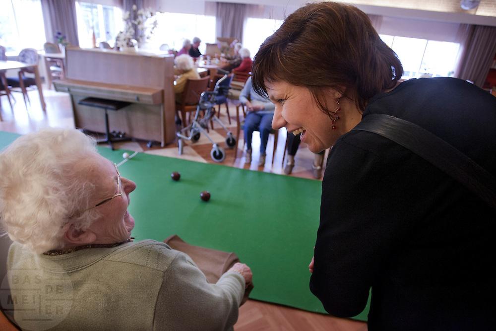 Kandidaat-voorzitter van het CDA Ruth Peetoom bezoekt een verzorgingstehuis in Heerde. Peetoom trekt het land in tijdens haar campagne om onder andere te horen wat er speelt bij de leden