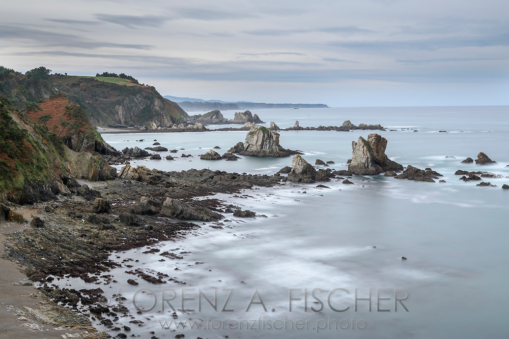 Rocky coast at low tide on a cloudy day, Asturias, Spain<br /> <br /> Felsküste bei Ebbe an einem bewölkten Tag, Asturien, Spanien