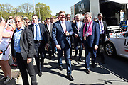 Koning Willem-Alexander is aanwezig voorafgaande aan de proloog van de Giro d'Italia  , die in Apeldoorn van start is gegaan. <br /> <br /> King Willem-Alexander is present prior to the prologue of the Giro d'Italia, which started in Apeldoorn.