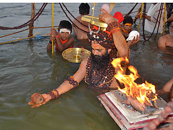 January 31, 2018 - Allahabad: A sadhu offer prayer while taking holy dip in Sangam on the occasion of Maghi Purnima in Allahabad on 31-01-2018. Photo by prabhat kumar verma (Credit Image: © Prabhat Kumar Verma via ZUMA Wire)