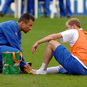 NLD/Hoenderloo/20060603 - Training Nederlands Eltal, Tim de Cler word verzorgd aan zijn voet