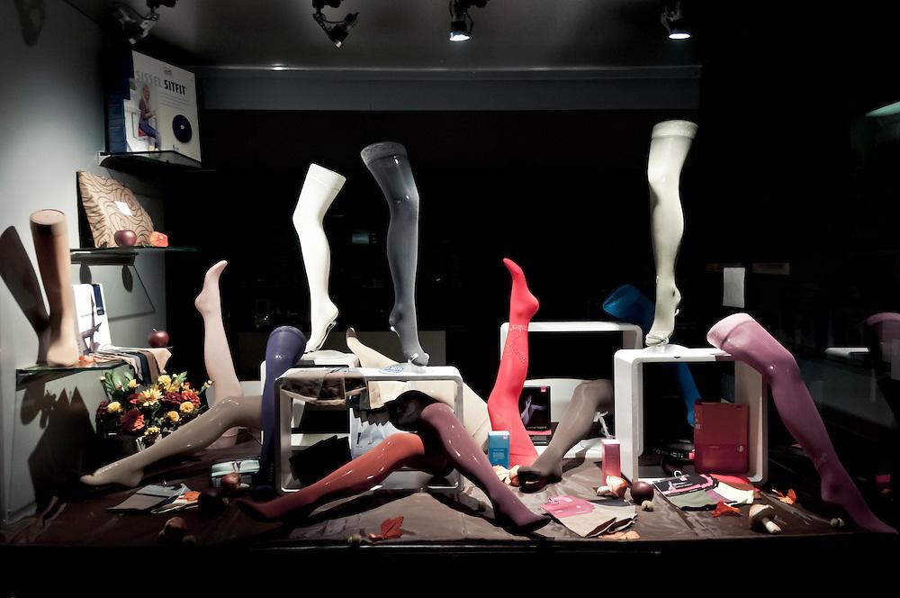 Deutschland,NRW,Nordrhein-Westfale,Köln, Auslage im Schaufenster eines orthopädischen Fachgeschäfts |  Germany,Cologne, store of  orthopedic goods on display, mannequin legs     |