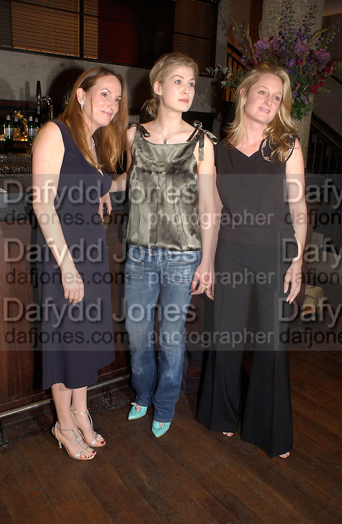 Emily Oppenheimer, Rosamund Pike and , Hitchcock Blonde Gala dinner at the Royal Court Theatre hosted by Emily Oppenheimer. 23 April 2003.  © Copyright Photograph by Dafydd Jones 66 Stockwell Park Rd. London SW9 0DA Tel 020 7733 0108 www.dafjones.com