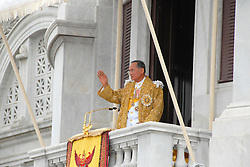 Thai King Bhumibol Adulyadej (L) along with Queen Sirikit wave to their people from the balcony of Dusit Palace in Bangkok, 09 June 2006. Thai King Bhumibol Adulyadej called for unity among his people after months of political turmoil, in a speech to mark his 60th anniversary on the throne. Half a million Thais wearing yellow to honor the King swarmed into central Bangkok hoping to catch a rare glimpse of the monarch on the 60th anniversary of his rule. Photo by Patrick Durand/ABACAPRESS.COM  | 99795_25 Bangkok Thaïlande Thailand