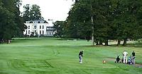 BEETSTERZWAAG -   Hole 9 , Golf & Country Club Lauswolt . Op de achtergrond Bilderberg hotel op het landgoed Lauswolt.  gezien vanaf de backtee. Copyright Koen Suyk