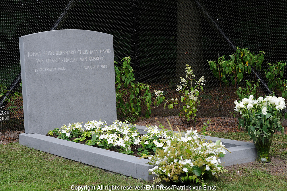 Op het kerkhof van de Stulpkerk in Lage Vuursche heeft het graf van prins Friso een gedenksteen gekregen. De prins is begraven op 16 augustus 2013, nadat hij overleed op 12 augustus op 44-jarige leeftijd, aan de gevolgen van een ski-ongeval. <br /> <br /> In the cemetery of the Church in Stulp Lage Vuursche the grave of Prince Friso received a plaque. The prince was buried on August 16, 2013, after he died on August 12 at the age of 44, the consequences of a skiing accident.