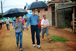 O candidato à reeleição pelo PDT em Porto Alegre, José Fortunati, durante caminhada no Lami. FOTO: Jefferson Bernardes/Preview.com