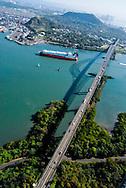 El Puente de las Américas es un puente vehicular localizado en Panamá, cruza en la entrada del Pacífico del canal de Panamá, y une las localidades de Balboa (en la ciudad de Panamá) al noreste, y el distrito de Arraiján por el suroeste.