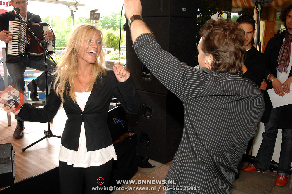 NLD/Amsterdam/20070509 - CD presentatie Bart Bosch, Gigi Ravelli dansend en Bart zingend