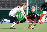 AMSTELVEEN - HOCKEY - Emilie Groen (l) van A'dam in duel met Floor van Bergen van MOP tijdens de hoofdklasse hockeywedstrijd tussen de vrouwen van Amsterdam en MOP (2-0). FOTO KOEN SUYK
