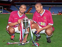Fotball<br /> England historie<br /> Foto: Colorsport/Digitalsport<br /> NORWAY ONLY<br /> <br /> Aston Villa brothers, Stefan Moore (left) and Luke Moore (right) with the trophy. Aston Villa v Everton. FA Youth Cup final.18/5/2002