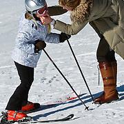 AUD/Lech/20110219 - Fotosessie Nederlandse Koninklijke Familie 2011 op wintersport in Lech, Amalia haar lippen worden ingevet door haar kindermeisje