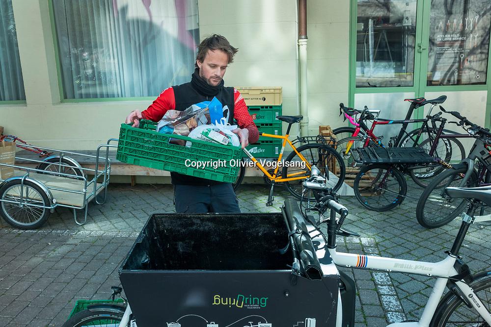 Lausanne, 08 avril 2020. Vélocité propose un service de coursier qui apporte les courses à domicile pendant la pandémie de coronavirus. © Olivier Vogelsang