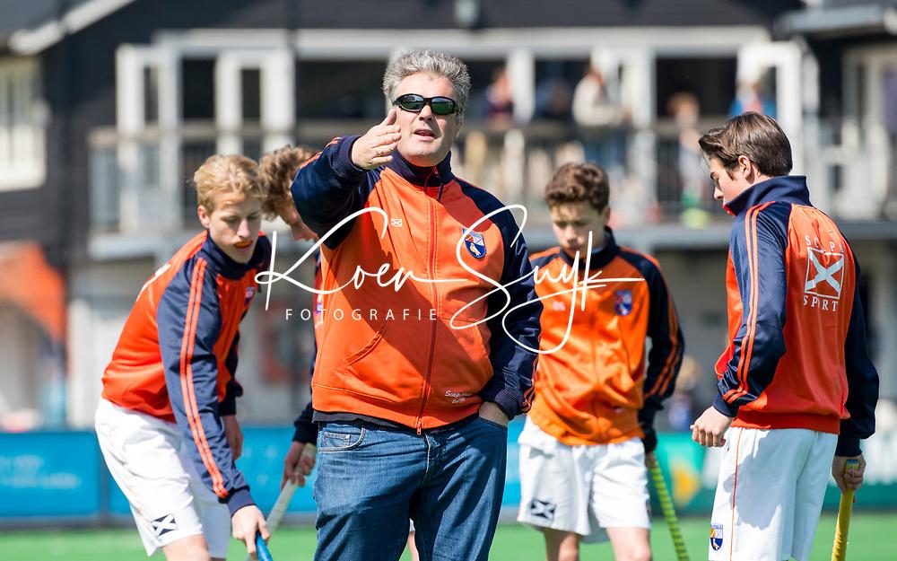 BLOEMENDAAL - Hockey- competitiewedstrijd Bloemendaal JB1-Nijmegen JB1 .  coach  Andre Morees. COPYRIGHT KOEN SUYK