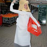 """NLD/Huizen/20110316 - 1e Asbak onthuld door Petra Hartskamp winkelcentrum Oostermeent, start van peukencampagne van de """"Week van Nederland Schoon"""