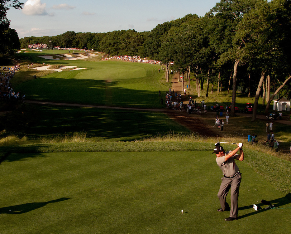 FARMINGDALE, NY - JUNE 19:  Phil Mickelson hits his tee shot during the second round of the 109th U.S. Open Championship on the Black Course at Bethpage State Park on Friday, June 19, 2009. (Photograph by Darren Carroll) *** Local Caption *** Phil Mickelson1