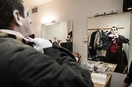 """Il back stage  del teatro della Tosse di Genova, dove i detenuti attori della compania della Fortezza hanno rammpresentato 'Hamlice """" tratto da 'Alice nel Paese delle meraviglie' , regia Armando Punzo. Un attore al trucco"""