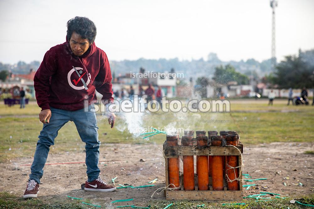 02 junio 2021, Tultepec, Estado de México. Un pirotécnico realiza el lanzamiento de bombas pirotécnicas para celebrar a san Juan de Dios.