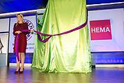 Opening van de derde editie van de Pensioen3daagse georganiseerd door het landelijk platform Wijzer in geldzaken. Dit platform is een initiatief van het ministerie van Financiën. De opening vindt plaats in het distributiecentrum van de HEMA.<br /> <br /> Opening of the third edition of the Pension 3 days organized by the national platform Pointer in finance. This platform is an initiative of the Ministry of Finance.<br /> <br /> Op de foto / On the photo:  Koningin Maxima opent de derde editie van de Pensioen3daagse / Queen Maxima opens the third edition of the Pension 3 days