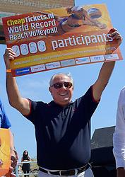 20150627 NED: WK Beachvolleybal day 2, Scheveningen<br /> Nederland heeft er sinds zaterdagmiddag een vermelding in het Guinness World Records bij. Op het zonnige strand van Scheveningen werd het officiële wereldrecord 'grootste beachvolleybaltoernooi ter wereld' verbroken. Maar liefst 2355 beachvolleyballers kwamen zaterdag tegelijkertijd in actie / FIVB President Dr. Ary S. Graça