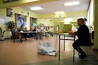 Kobylin Borzymy, woj podlaskie, 13.10.2019. Glosowanie w Obowodowej Komisji Wyborczej nr 2. W wyborach 2015 roku na PiS glosowalo tutaj 86% wyborcow N/z komisja wyborcza w oczekiwaniu na wyborcow fot Michal Kosc / AGENCJA WSCHOD