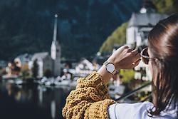 THEMENBILD - eine Armbanduhr vor dem Panorama der Marktgemeinde zeigt 10 Uhr an während der Corona Pandemie, aufgenommen am 17. April 2019 in Hallstatt, Österreich // a watch in front of the panorama of the Village shows 10 o'clock  during the Corona Pandemic in Hallstatt, Austria on 2020/04/17. EXPA Pictures © 2020, PhotoCredit: EXPA/ JFK