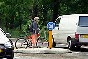 Nederland, Nijmegen, 20-5-2006 ..Een fietser staan klaar om een provinciale weg over te steken...Foto: Flip Franssen/Hollandse Hoogte