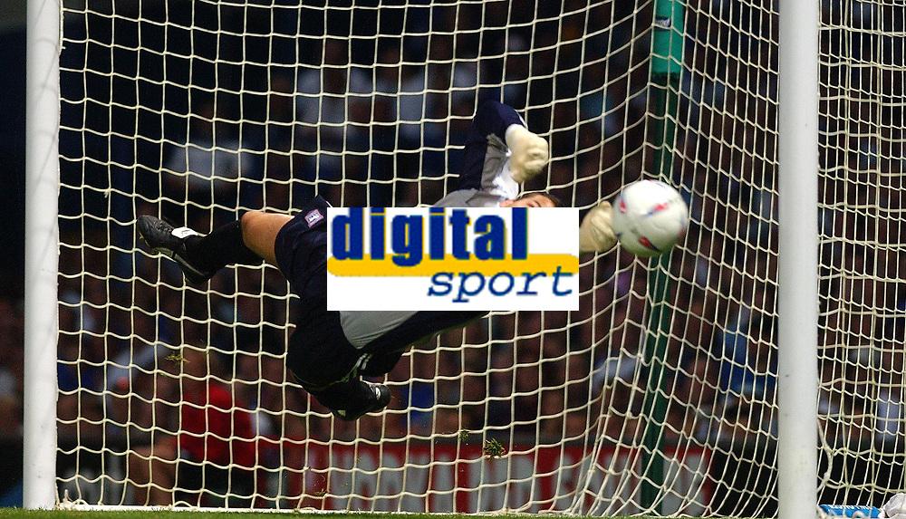 Fotball<br /> Foto: Daniel Hambury, Digitalsport<br /> NORWAY ONLY<br /> <br /> Ipswich Town v Newcastle United<br /> Pre season friendly.  28/07/04<br /> <br /> Ipswich Town keeper Kelvin Davis saves from a Robert free kick