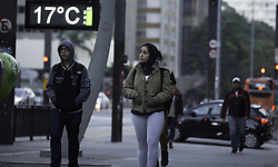 April 19, 2018 - SãO Paulo, Brazil - SÃO PAULO, SP - 19.04.2018: SÃO PAULO TEM RECORDE DE FRIO - People are protecting themselves from the cold on Avenida Paulista this morning (19). Capital registered average temperature of 14 ° according to the CGE. (Credit Image: © Bruno Rocha/Fotoarena via ZUMA Press)