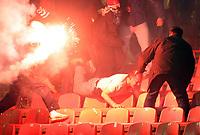 Fotball<br /> Serbia<br /> 02.12.2007<br /> Foto: imago/Digitalsport<br /> NORWAY ONLY<br /> <br /> Opptøyer i forbindelse med Røde Stjerne og Hajduk Kula<br /> <br /> Fans von Roter Stern Belgrad attackieren mit bengalischem Feuer einen wehrlosen aäteren Mann