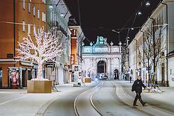 THEMENBILD - Triumphpforte mit den Lichtern der Stadt bei Nacht, aufgenommen am 23. Jänner 2021 in Innsbruck, Oesterreich // Triumphal arch with the lights of the city at night in Innsbruck, Austria on 2021/01/23. EXPA Pictures © 2021, PhotoCredit: EXPA/ JFK