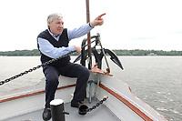 """18 MAY 2003, BERLIN/GERMANY:<br /> Michael Sommer, DGB Bundesvorsitzender, waehrend einer Bootsfahrt mit Pressekonferenz, Dampfer """"Fridericus Rex"""", Potsdam<br /> IMAGE: 20030518-01-017<br /> KEYWORDS: Schiff, Boot, Medientreff, Anker"""
