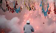 """V. 11. Valencia, 19/03/2006. Un pirotécnico controla el disparo de la última """"mascletá"""" de la Fallas que ha tenido lugar hoy en la plaza del ayuntamiento. EFE/Kai Försterling."""