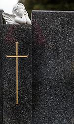 THEMENBILD - ein Engel und ein Kreuz auf einem Grabstein. Am 1. November, gedenken Katholiken aller Menschen, die in der Kirche als Heilige verehrt werden. Das Fest Allerseelen am darauf folgenden 2. November, ist dem Gedaechtnis aller Verstorbenen gewidmet, aufgenommen am 23.10.2015, Bischofshofen, Oesterreich // an angel and a cross on a grave stone in a cemetery, Bischofshofen, Austria on 2015/10/23. EXPA Pictures © 2015, PhotoCredit: EXPA/ JFK