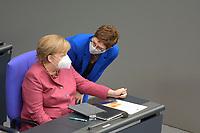 DEU, Deutschland, Germany, Berlin, 29.10.2020: Deutscher Bundestag, Bundeskanzlerin Dr. Angela Merkel (CDU) und CDU-Parteichefin Annegret Kramp-Karrenbauer mit Mund-Nase-Bedeckung (FFP2 Maske) nach ihrer Regierungserklärung zur Bewältigung der COVID-19 Pandemie.