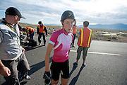 Barabra Buatois is gefinished op de zesde en laatste racedag van de WHPSC. In Battle Mountain (Nevada) wordt ieder jaar de World Human Powered Speed Challenge gehouden. Tijdens deze wedstrijd wordt geprobeerd zo hard mogelijk te fietsen op pure menskracht. Ze halen snelheden tot 133 km/h. De deelnemers bestaan zowel uit teams van universiteiten als uit hobbyisten. Met de gestroomlijnde fietsen willen ze laten zien wat mogelijk is met menskracht. De speciale ligfietsen kunnen gezien worden als de Formule 1 van het fietsen. De kennis die wordt opgedaan wordt ook gebruikt om duurzaam vervoer verder te ontwikkelen.<br /> <br /> Barbara Buatois has finished on the sixth and last racing day of the WHPSC. In Battle Mountain (Nevada) each year the World Human Powered Speed Challenge is held. During this race they try to ride on pure manpower as hard as possible. Speeds up to 133 km/h are reached. The participants consist of both teams from universities and from hobbyists. With the sleek bikes they want to show what is possible with human power. The special recumbent bicycles can be seen as the Formula 1 of the bicycle. The knowledge gained is also used to develop sustainable transport.