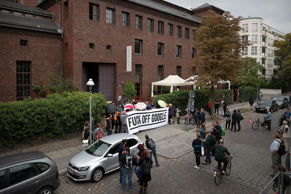 Aus Protest gegen steigende Mieten und Wohnungsnot besetzten Aktivisten den im Aufbau befindlichen Google Campus für StartUps im ehemaligen Umspannwerk in Berlin Kreuzberg. Nach wenigen Stunden räumen Polizeibeamte die Besetzung, es kommt zu Rangeleien, die Polizei setzt Pfefferspray ein und nimmt mindestens sechs Personen fest. Demonstranten mit Banner: Fuck off google.  <br /> <br /> <br /> [© Christian Mang - Veroeffentlichung nur gg. Honorar (zzgl. MwSt.), Urhebervermerk und Beleg. Nur für redaktionelle Nutzung - Publication only with licence fee payment, copyright notice and voucher copy. For editorial use only - No model release. No property release. Kontakt: mail@christianmang.com.]
