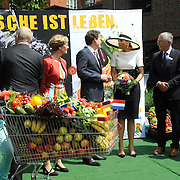Koning en koningin bezoeken Nedersaksen. In het duitse Leer krijgt Koningin Maxima uitleg over de campagne Frische ist Leben<br /> <br /> King and Queen visit Niedersachsen. In the German town explain Queen Maxima the campaign Frische ist Leben<br /> <br /> op de foto / On the photo:  Koningin Maxima krijgt uitleg over de campagne Frische ist Leben, van Jochem Wolthuis , initiatiefnemer van de campagne<br /> <br /> Queen Maxima with campaign Frische ist Leben, Jochem Wolthuis, initiator of the campaign will explain