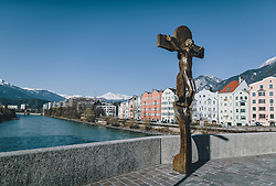 24.03.2020, Innsbruck, AUT, Coronaviruskrise, Österreich, im Bild Kruzifix vor den bunten Häusern und dem Inn während der Coronavirus Pandemie // Crucifix in front of the colourful houses and the Inn River during the Coronavirus pandemic, Innsbruck, Austria on 2020/03/24. EXPA Pictures © 2020, PhotoCredit: EXPA/ JFK