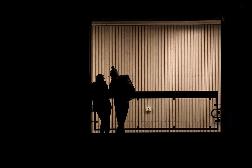 ÖSTERSUND 20200310<br /> Publik i fönstret  under tisdagens match i basketligan mellan Jämtland Basket och Södertälje Basket i Östersunds Sporthall.<br /> <br /> Foto: Per Danielsson/Projekt.P