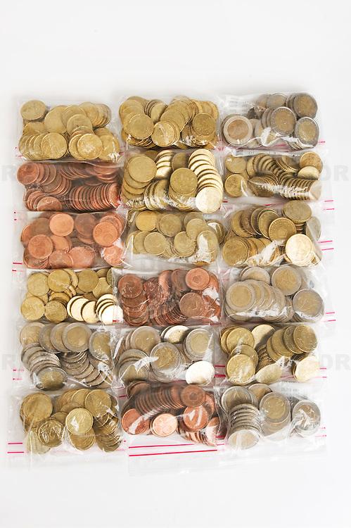 Nederland Barendrecht 29 maart 2009 20090329 Foto: David Rozing ..Euro munten, bankbiljetten, valuta, betaalmiddel, kosten,papiergeld,biljet,biljetten,betaalmiddelen,recessie, kredietcrisis, economie, euromunten, munt, munten, kleingeld.money , euro coints symbolisch, symbolische. stockbeeld, stockfoto, stock, studio opname, illustratie.Foto: David Rozing
