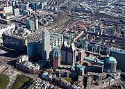 Nederland, Zuid-Holland, Den Haag, 20-03-2009; Hoogbouw van ministeries aan de Muzenstraat, rond het Clioplein. Links de Hoftoren (ministerie OCW) met ministerie van VROM er achter, deels verscholen. De rode bakstenen toren met groene bovenkant is de Zurichtoren (huisvest onder andere de OPTA en NMA), de dubbel toren met blauwe daken is Castalia, bijgenaamd de Haagse Tieten - ministerie VWS. De kranen staan aan de bouwput van de JuBi (Justitie en Binnenlandse zaken). Links Centraal Station met sporen, linksboven hiervan kantoorgebouwen aan de Utrechtsebaan. A closer view on The Hague. High rise houses the Ministeries of Education. Next to the Central Station (l), the Ministry of Housing and of Education. The blue roofed twin buildings are called The Tits of The Hague, residence of the Ministry of Health. .Swart collectie, luchtfoto (toeslag); Swart Collection, aerial photo (additional fee required); .foto Siebe Swart / photo Siebe Swart