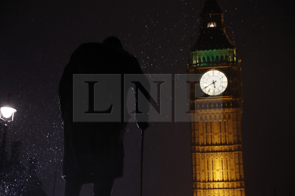 © Licensed to London News Pictures. 12/01/2017. London, UK. Snow flurries hit Westminster. Rain and snow are expected to hit the south today. Photo credit: Peter Macdiarmid/LNP