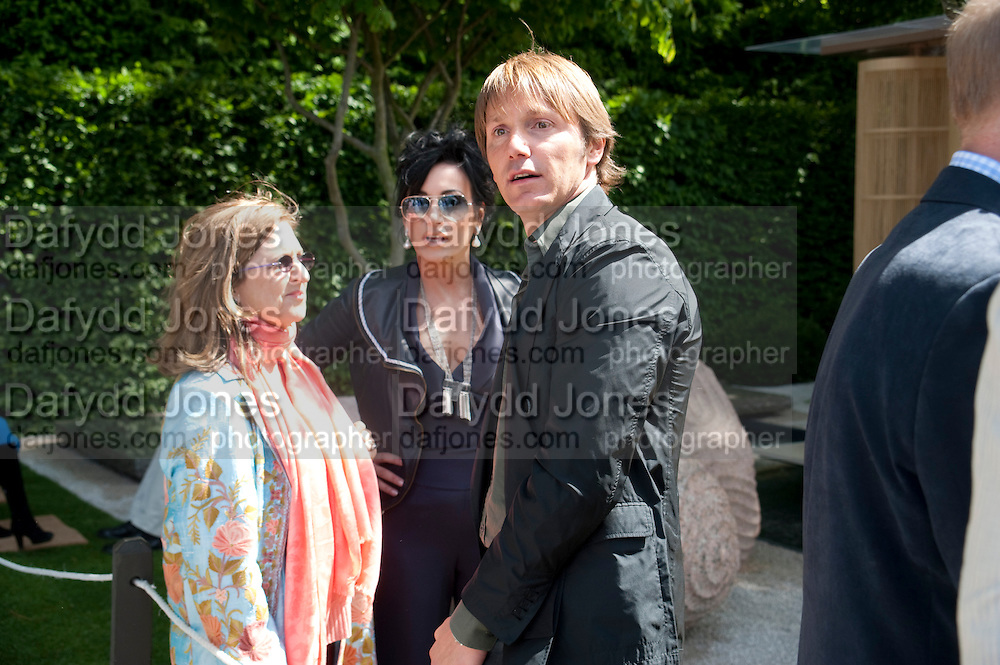 NANCY DELL D'OLIO; LUCIANO GIUBBILEI, PRESS PREVIEW. The RHS Chelsea Flower Show 2011. The Royal Hospital grounds. Chelsea. London. 23 May 2011. <br /> <br />  , -DO NOT ARCHIVE-© Copyright Photograph by Dafydd Jones. 248 Clapham Rd. London SW9 0PZ. Tel 0207 820 0771. www.dafjones.com.