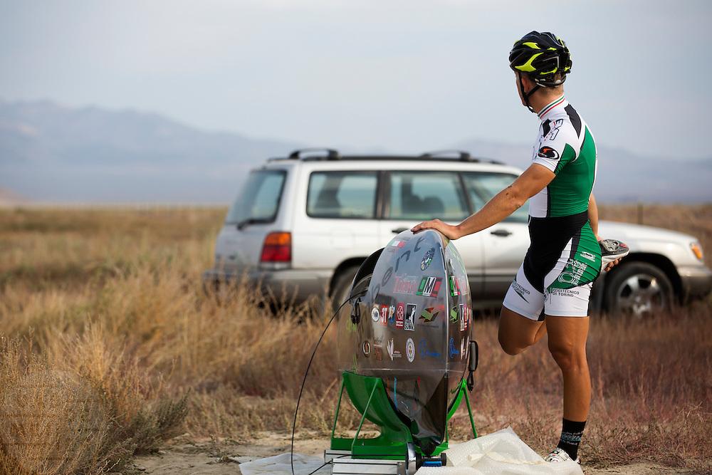 Andrea Gallo bereidt zich voor. Op maandagochtend worden de kwalificaties gehouden. In Battle Mountain (Nevada) wordt ieder jaar de World Human Powered Speed Challenge gehouden. Tijdens deze wedstrijd wordt geprobeerd zo hard mogelijk te fietsen op pure menskracht. Ze halen snelheden tot 133 km/h. De deelnemers bestaan zowel uit teams van universiteiten als uit hobbyisten. Met de gestroomlijnde fietsen willen ze laten zien wat mogelijk is met menskracht. De speciale ligfietsen kunnen gezien worden als de Formule 1 van het fietsen. De kennis die wordt opgedaan wordt ook gebruikt om duurzaam vervoer verder te ontwikkelen.<br /> <br /> In Battle Mountain (Nevada) each year the World Human Powered Speed Challenge is held. During this race they try to ride on pure manpower as hard as possible. Speeds up to 133 km/h are reached. The participants consist of both teams from universities and from hobbyists. With the sleek bikes they want to show what is possible with human power. The special recumbent bicycles can be seen as the Formula 1 of the bicycle. The knowledge gained is also used to develop sustainable transport.