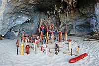 Thailande, province de Krabi, peninsule de Railay, plage de Hat Tham Phra Nang, temple aux phallus // Thailand, Krabi province, Railay beach, Hat Tham Phra Nang beach, phallus temple